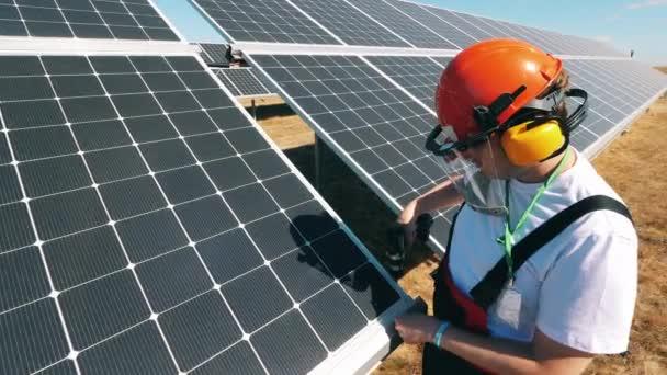 Solární panely opravuje specialista na muže. Energetická účinnost, koncepce úspor energie.