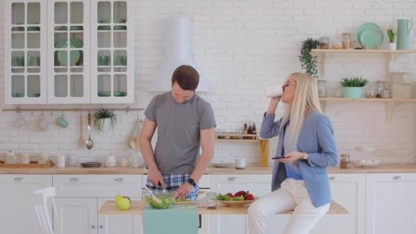 podnikatelka v pěkné modré bundě mluví po telefonu v kuchyni