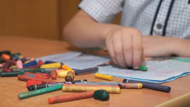 Gyermek chalks és ceruza, ecsettel képeket rajzolni