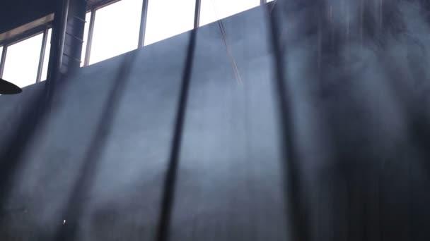 Kouř stoupá k oknu, tma