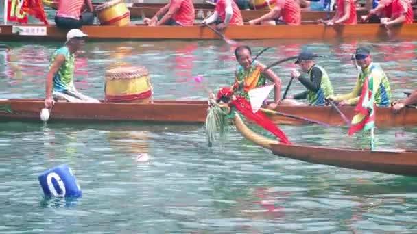 Hongkong-21. května 2019: Dračí loď závodící během festivalu Dračího člunu, Dračí loď Racing je populární tradiční čínský Sport v Tsing Yi, Hongkong