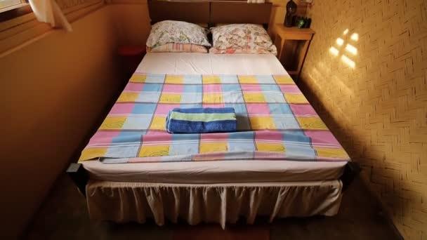Interiore allinterno di una camera poco costoso in un hotel economico in paesi asiatici. In camera cè un letto matrimoniale