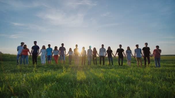 Gruppo dei migliori amici e studenti che salta allaperto. Tramonto con i raggi del sole