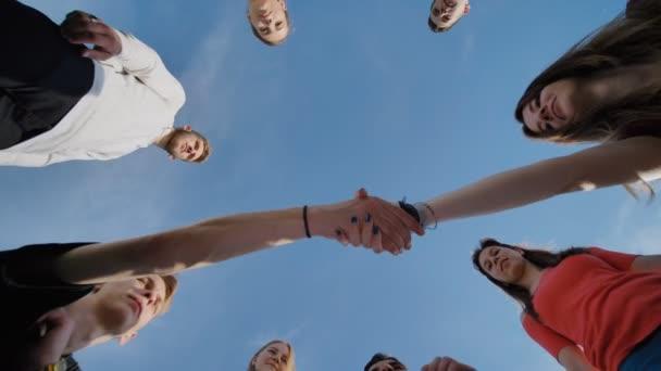 Čtyři kluci a dívky dát ruce k sobě jako znamení se snaží na a přátelství.