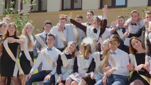 Russischen Absolventen feiern letzten Schultag.