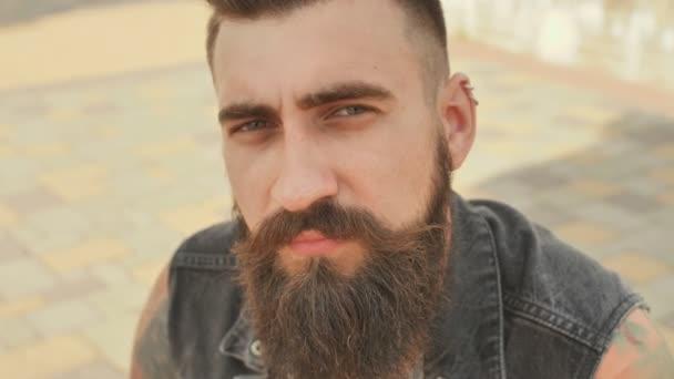 Portrét detail brutální usmívá a vousatý muž