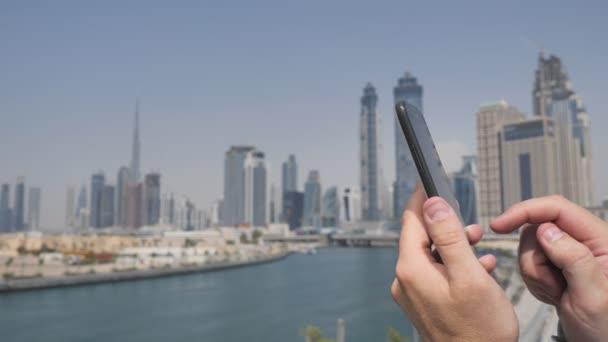 Envoie Du Gros Video un homme envoie un message sur le téléphone dans le fond du panorama