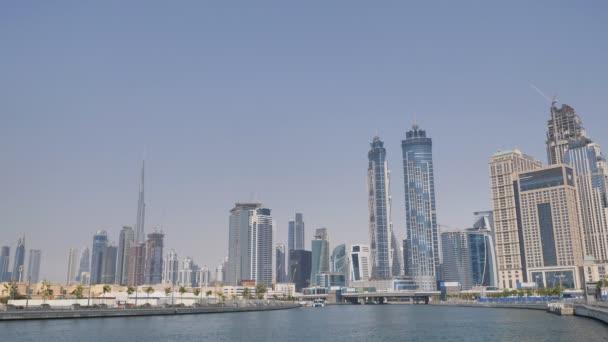 Panorama města s mrakodrapy z řecké čtvrti Dubai