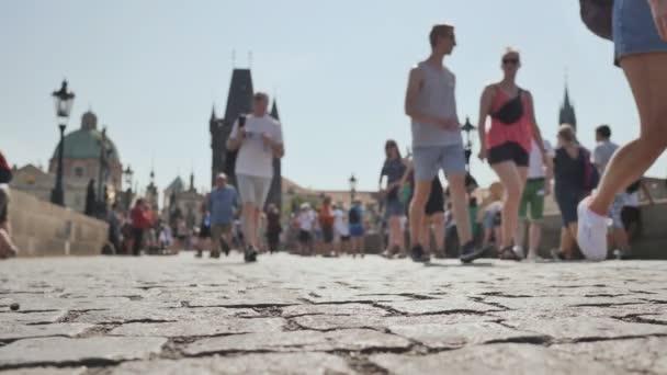 Lidé chodí na chodníku v Praze