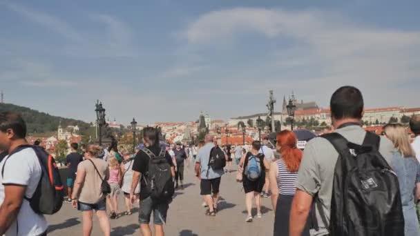 Praha, Česká republika - 5 srpna 2018: turisté pěšky na Karlův most Karlův nejvíce