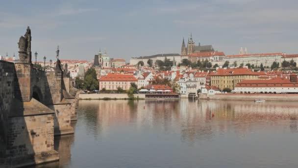 Panorama Prahy s částí Karlův most a řeku. Český kapitál.