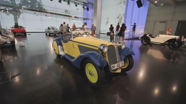 Ausstellung von Vintage und Retro-Autos im Bmw Museum und Bmw-zentrale, München, Bayern