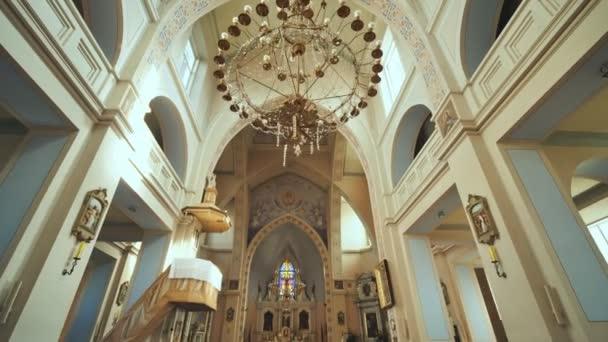innenraum einer katholischen kirche.