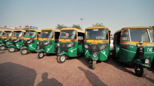 Agra, Indie-12. prosince 2018: indické taxi rikšy vystavené v řadě.