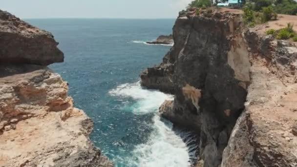 Sziklás partján a törött strand Nusa Penida sziget. Drone videóinak.