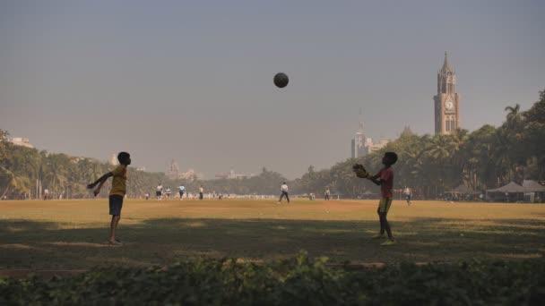 Mumbai, India-december 17, 2018: gyerekek dobja a labdát egymásnak ovális Maidan Mumbaiban. India.