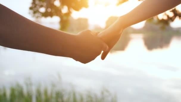 Ten chlap a dívka si drží ruce na druhé straně.