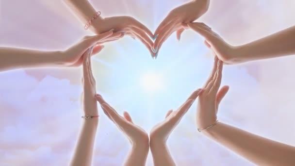 Eine Gruppe Jugendlicher formt aus ihren Händen ein Herz.