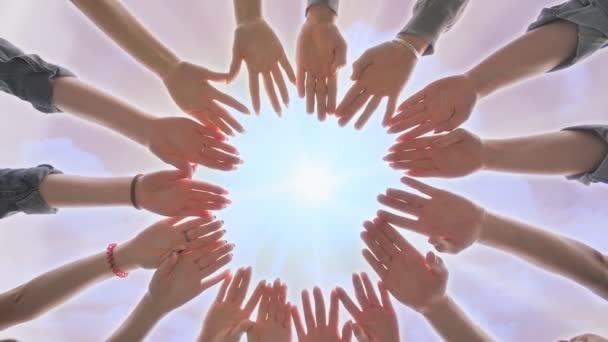 Egy csoport fiatal, hogy egy kört ki a kezüket. Sokszínű emberek kezek együtt partnerség.