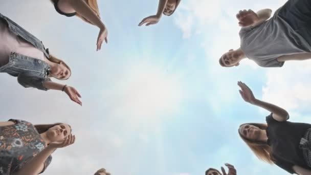 konzeptionelles Symbol der Zusammenarbeit verschiedene Hände, die einen Kreis bilden.
