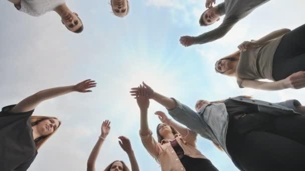 Přátelé se připojí k jejich ruce jako znamení jejich silného přátelství.