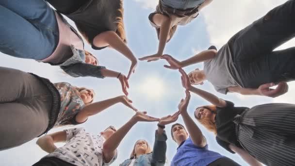 Konceptuální symbol spolupráce různé ruce vytváření kruhu.