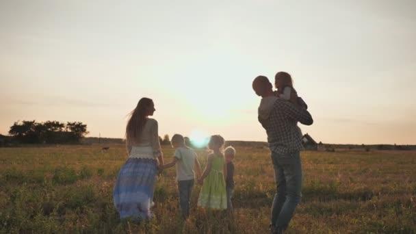 Šťastní rodiče čtyř dětí vyhodí své děti.