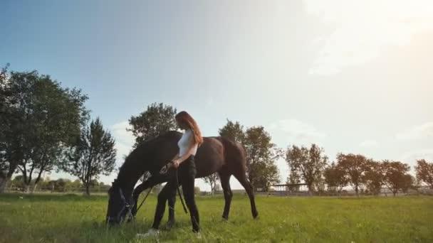 Dívka chodí a kráčí s koněm.