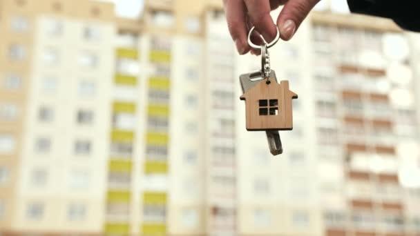 Das Konzept, eine neue Wohnung zu kaufen. Das Mädchen hält die Schlüssel für eine neue Wohnung.