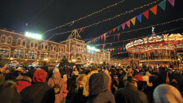 Moskva, Rusko - 1. ledna 2020: Vánoční veletrh na červeném náměstí na pozadí Kremlu.