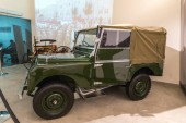 Ammán, Jordánia, December 07, 2018: Eredeti Land Rover 1_sorozat 1952-Amman, Jordánia fővárosa Ii. Abdullah király autó Múzeumban kiállításon.