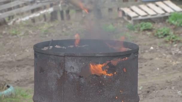 Oheň spálí v staré rezavé barel