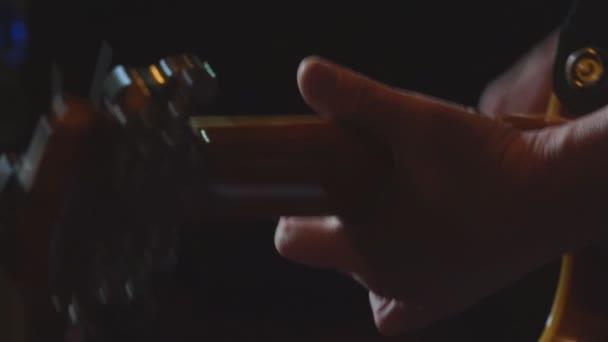 Hombre toca la guitarra en un cuarto oscuro — Vídeos de Stock ...