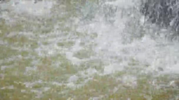 Padající vody, kapky, spreje a pěny