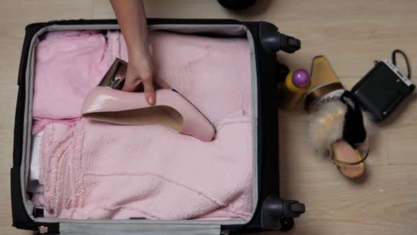 Zenske Otevřete sáček na ploše s oblečením a doplňky, je balení a se chystal k odchodu, cestování a dovolených koncept módní šaty fotoaparát