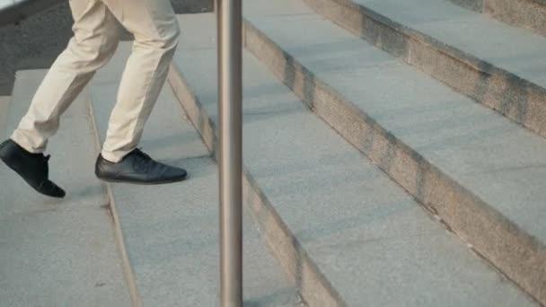 Chůzi nahoru: detailní pohled na mans kožené boty firmy schody běh chůze
