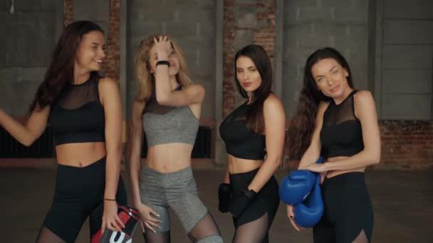 Beszélgető előtt jóga az edzőteremben, boksz-kesztyűket boldog lányok meg fiatal portré mosolygó nő