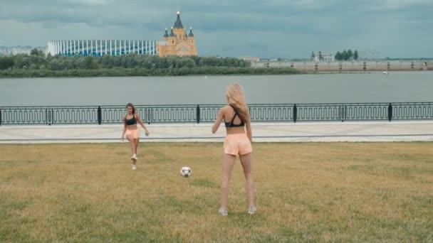 Sexy roztleskávačky s fotbalovým míčem hraje venkovní žena fit dívka hrát fotbal