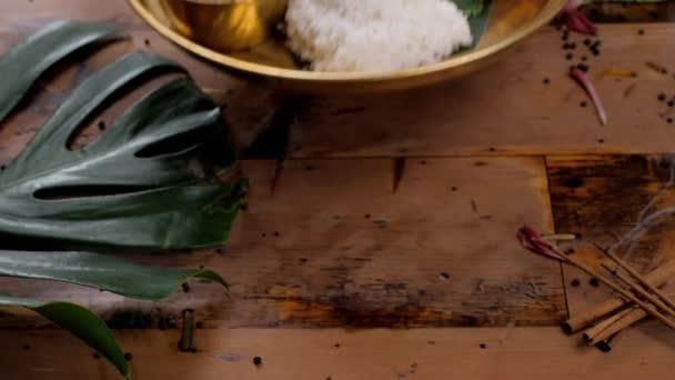 Rozmanité indické srílanské jídlo na dřevěné pozadí. Jídla a předkrmy ze skutečně kuchyně, rýže, čočka, paneer, samosa, koření masala. Misky a talíře s kuřetem pohled shora indické potraviny