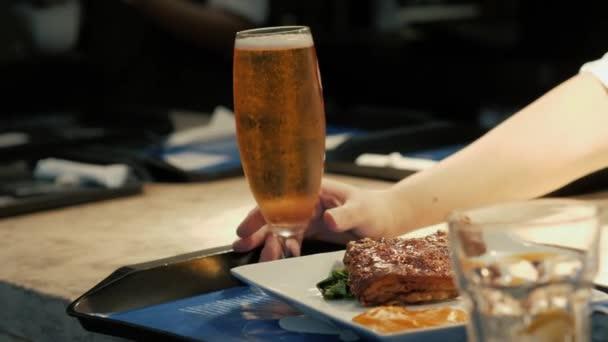 pivo a maso karbanátky na dřevěný stůl v café restaurant zásobníku
