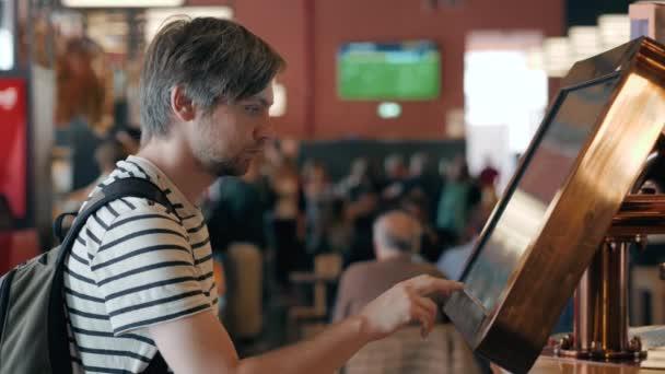 Muž s Digital media prázdná obrazovka černá a bílá moderní panelem, vývěsní štít pro reklama design v nákupní centrum, galerie. rozmazané pozadí, digitální kiosek