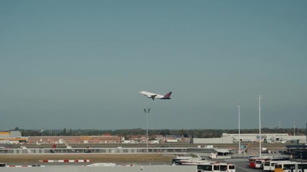 15. Oktober 2018, Porto, Portugal: Großflugzeug hebt von Landebahn ab