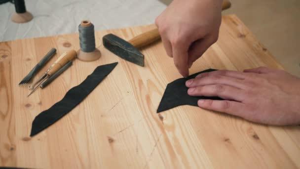 Stile di vita retrò, da vicino uomo artigiano lavorare con borse in pelle naturale o scarpe piccole imprese