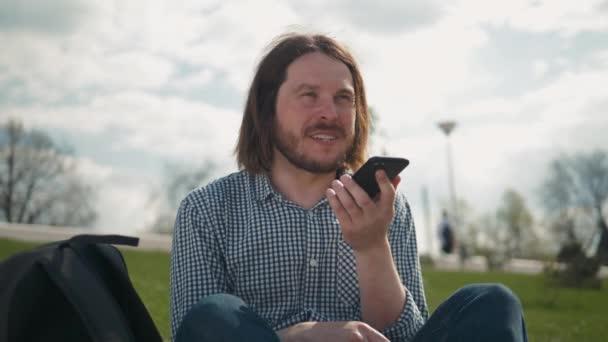 Ember használja a Hangfelismerés a telefon, audio üzenet AI beszéd Helper, tanuló férfi szabadtéri