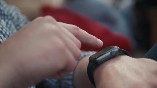 Ember-val SmartWatch használ hang jegyző felismerés audio üzenet követel külső rész-ra utca. Határidő, a technológia és az emberek fogalma-kreatív ember SmartWatch segítségével hangvezérlés felvevő