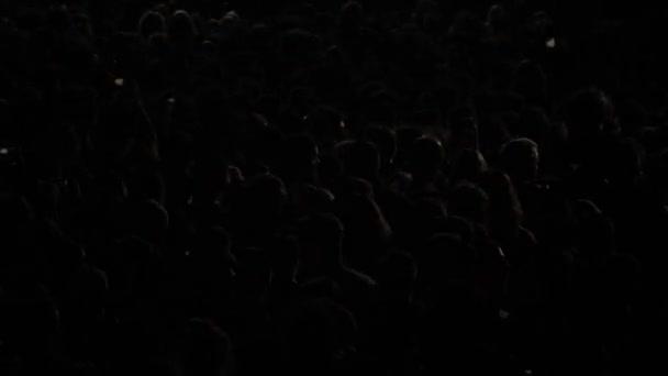 Velký dav lidí tančících na hudebním festivalu v noci, Velká pouliční hudba