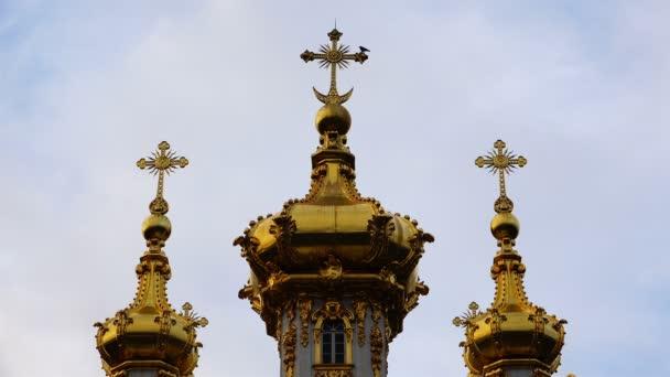drei goldene Kuppeln mit orthodoxen Kreuzen auf dem Gipfel