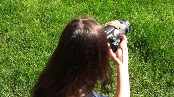 mladý fotograf pořizuje sérii snímků na profesionální fotoaparát