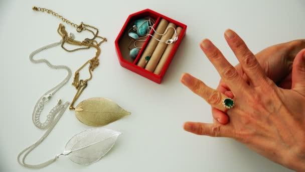 náušnice, přívěsky, prsteny a další šperky ze zlata a stříbra