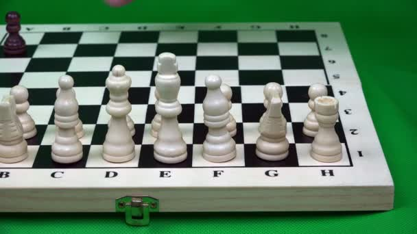 soupeř klade řadu černé postavy na šachovnici